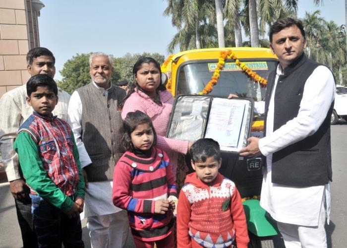 मुख्यमंत्री श्री अखिलेश यादव 13 फरवरी, 2016 को अपने सरकारी आवास पर गाजियाबाद की श्रीमती रूबी सिंघल को आॅटो रिक्शा उपलब्ध कराते हुए।