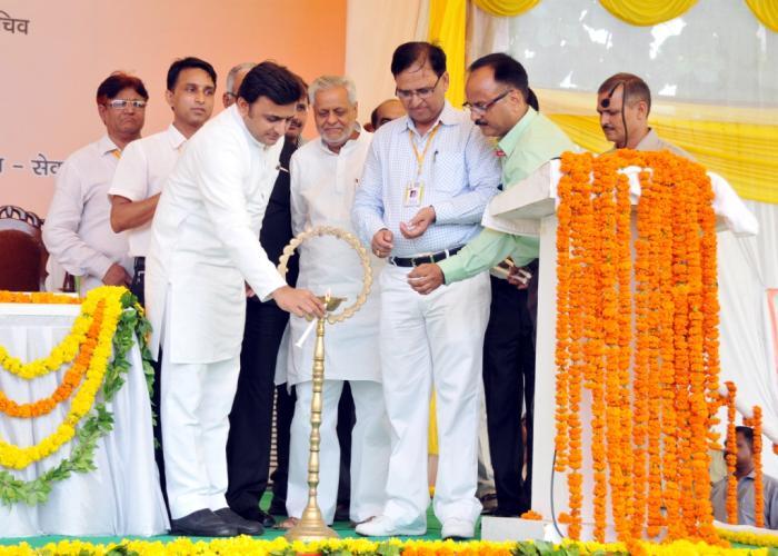 5 अक्टूबर, 2014 को रामाधीन उत्सव भवन, लखनऊ में आयोजित 'सेवा' संस्था के राष्ट्रीय चिन्तन शिविर का दीप प्रज्ज्वलित कर शुभारम्भ करते हुए मुख्यमंत्री श्री अखिलेश यादव।