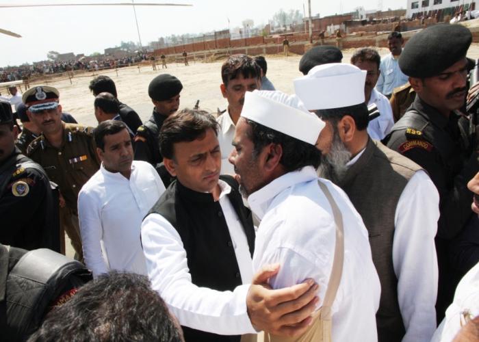 उत्तर प्रदेश के मुख्यमंत्री श्री अखिलेश यादव 12 मार्च, 2016 को मुरादाबाद में बिलारी विधानसभा क्षेत्र के दिवंगत विधायक श्री मोहम्मद इरफान के पुत्र को ढांढ़स बंधाते हुए।