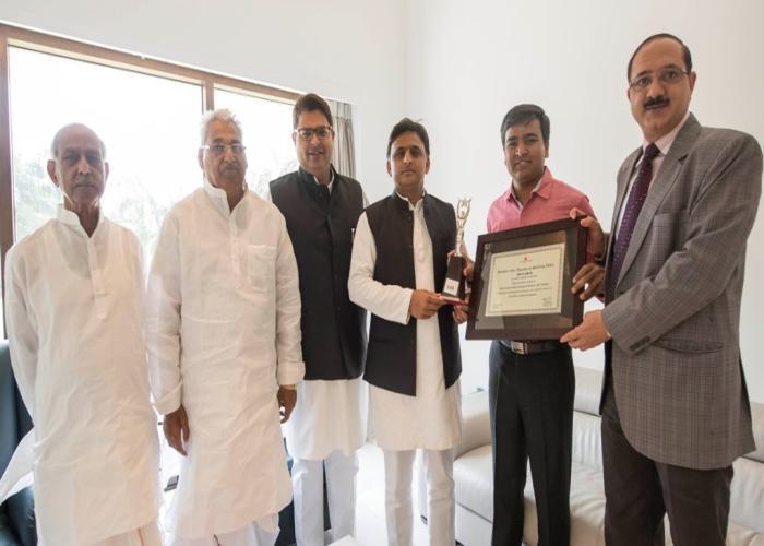 मुख्यमंत्री श्री अखिलेश यादव कौशल विकास मिशन के क्षेत्र में उत्कृष्ट कार्य करने के लिए उ0प्र0 को मिले 'सर्वश्रेष्ठ राष्ट्रीय पुरस्कार' को प्राप्त करते हुए।