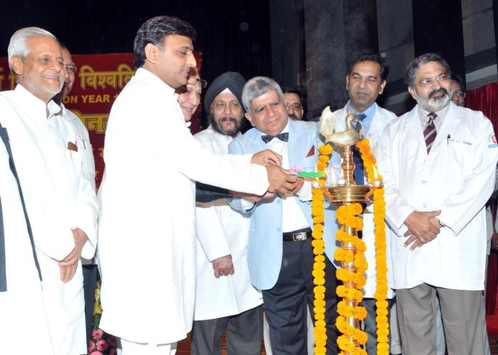 मुख्यमंत्री श्री अखिलेश यादव 11 अप्रैल, 2016 को लखनऊ में के0जी0एम0यू0 की परियोजनाआंे के शिलान्यास एवं लोकार्पण कार्यक्रम का शुभारम्भ दीप प्रज्ज्वलित कर करते हुए।
