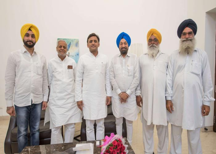 मुख्यमंत्री श्री अखिलेश यादव से 30 अप्रैल, 2016 को उनके सरकारी आवास पर कारागार मंत्री श्री बलवन्त सिंह रामूवालिया के नेतृत्व में सिख प्रतिनिधिमण्डल ने भेंट की।