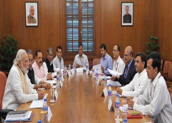 मुख्यमंत्री श्री अखिलेश यादव 7 मई, 2016 को नई दिल्ली में प्रधानमंत्री श्री नरेन्द्र मोदी के साथ राज्य में सूखे के सम्बन्ध में विचार विमर्श करते हुए।