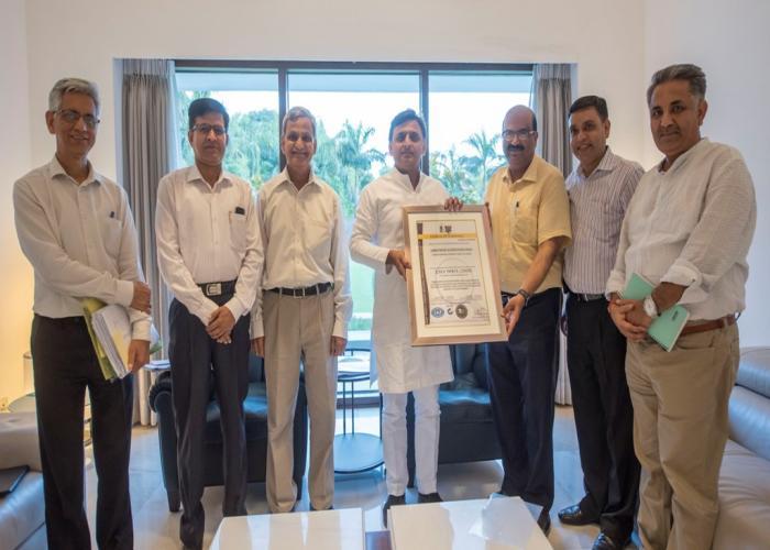 मुख्यमंत्री श्री अखिलेश यादव 31 मई, 2016 को नवाब वाजिद अली शाह प्राणि उद्यान, लखनऊ के उत्कृष्ट प्रबन्धन के लिए प्रदान किए गए आई0एस0ओ0 सर्टिफिकेट को उन्हें सौंपते हुए।