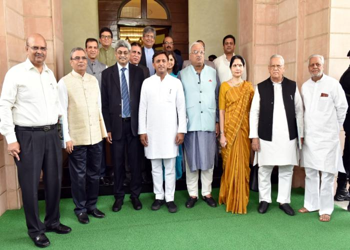 उत्तर प्रदेश के मुख्यमंत्री श्री अखिलेश यादव 02 जून, 2016 को अपने सरकारी आवास पर विभिन्न देशों में कार्यरत भारत के राजदूतों एवं उच्चायुक्तों के साथ।