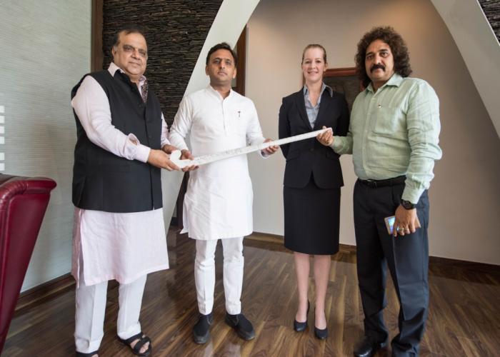 उत्तर प्रदेश के मुख्यमंत्री श्री अखिलेश यादव से आज यहां उनके सरकारी आवास पर हॉकी इण्डिया के अध्यक्ष डॉ0 नरेन्द्र बत्रा ने मुलाकात की।