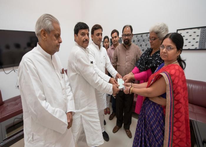 उत्तर प्रदेश के मुख्यमंत्री श्री अखिलेश यादव ने 22 जून, 2016 को अपने सरकारी आवास पर दो दिवंगत पत्रकारों के परिजनों को 2020 लाख रुपए के चेक प्रदान किए।