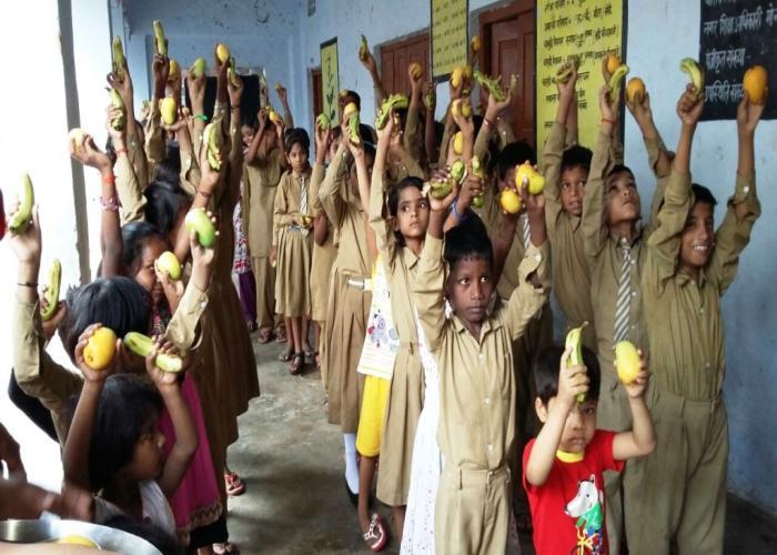 मध्यान्ह् भोजन योजना के तहत राजकीय, परिषदीय, सहायतित विद्यालयों एवं मदरसों में विद्यार्थियों को ताजे एवं मौसमी फल वितरित करने की शुरुआत।