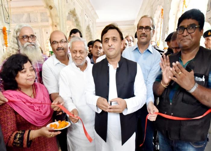 मुख्यमंत्री श्री अखिलेश यादव दिनांक 30 अगस्त, 2016 को नवाब वाजिद अली शाह प्राणि उद्यान, लखनऊ में आयोजित सामूहिक फोटो प्रदर्शनी का उद्घाटन करते हुए।