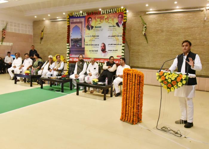 मुख्यमंत्री श्री अखिलेश यादव 'उर्दू दरवाजा', आगरा इनर रिंग रोड फेज 2 व चिकित्सालयों के शिलान्यास कार्यक्रम को सम्बोधित करते हुए।