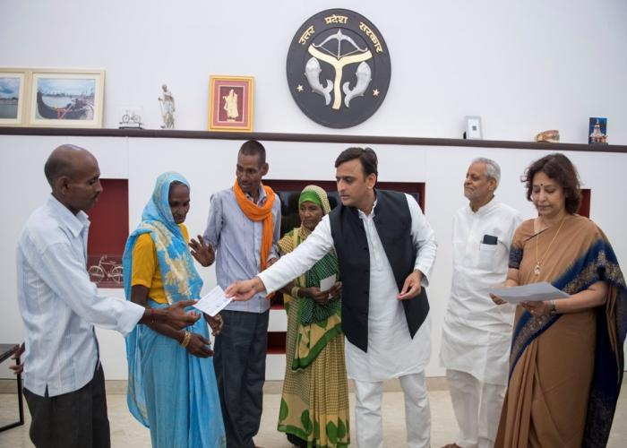 मुख्यमंत्री श्री अखिलेश यादव 11 सितम्बर, 2016 को लखीमपुर खीरी में बाघ द्वारा मारे गए मृतकों के आश्रितों से मुलाकात कर आर्थिक सहायता के चेक प्रदान करते हुए।