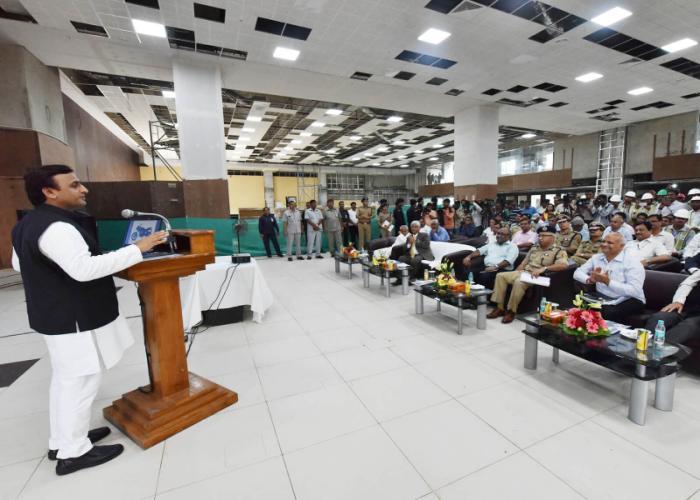 मुख्यमंत्री श्री अखिलेश यादव 21 सितम्बर, 2016 को लखनऊ में डायल100 परियोजना के निर्माणाधीन भवन में आयोजित कार्यक्रम को सम्बोधित करते हुए।