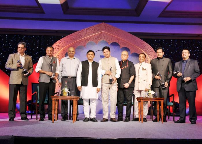 03 नवम्बर, 2014 को होटल ताज, लखनऊ में मुख्यमंत्री श्री अखिलेश यादव जी संगम न्यूज चैनल सम्मान समारोह में सम्मानित विभूतियों के साथ।
