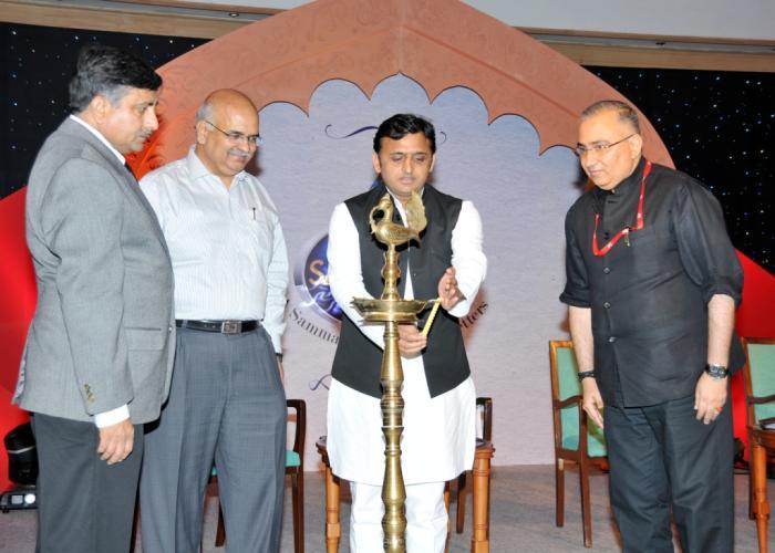 मुख्यमंत्री श्री अखिलेश यादव 03 नवम्बर, 2014 को होटल ताज, लखनऊ में जी संगम न्यूज चैनल सम्मान समारोह का दीप प्रज्ज्वलन कर शुभारम्भ करते हुए।