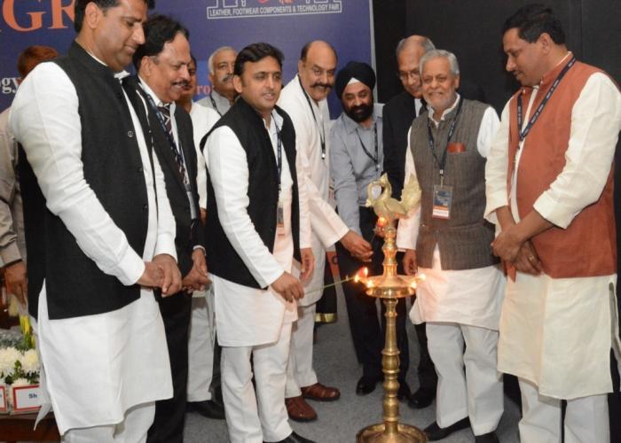 7 नवम्बर, 2014 को आगरा में उत्तर प्रदेश के मुख्यमंत्री श्री अखिलेश यादव 'मीट एट आगरा' कार्यक्रम का उद्घाटन दीप प्रज्ज्वलित करते हुए।