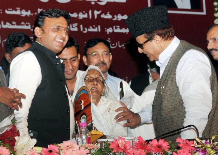 उत्तर प्रदेश के मुख्यमंत्री श्री अखिलेश यादव को 12 नवम्बर, 2014 को इन्दिरा गांधी प्रतिष्ठान, लखनऊ में स्व0 वीर अब्दुल हमीद की पत्नी स्मृति चिन्ह् भेंट करती हुईं।