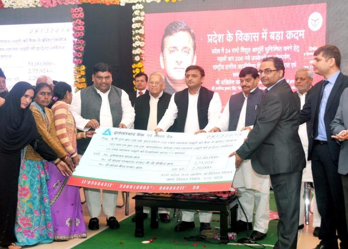 8 दिसम्बर, 2014 को उत्तर प्रदेश के मुख्यमंत्री श्री अखिलेश यादव अपने सरकारी आवास पर महिला स्वयं सहायता समूहों के लिए रिवाॅल्विंग फण्ड सम्बन्धी चेक के साथ।