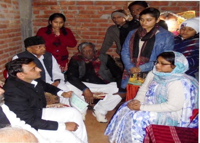 मुख्यमंत्री श्री अखिलेश यादव 27 दिसम्बर, 2014 को कानपुर देहात के परसौली गांव में स्व0 राजेश यादव के शोक संतप्त परिजनों को सांत्वना देते हुए।