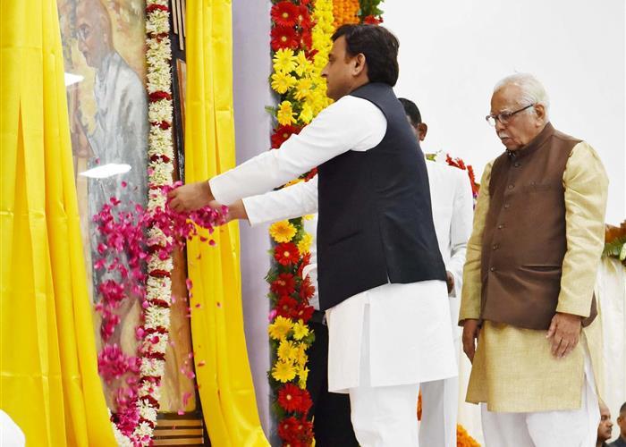 राज्यपाल और मुख्यमंत्री श्री अखिलेश यादव ने राष्ट्रपिता महात्मा गांधी को भावभीनी श्रद्धांजलि अर्पित की