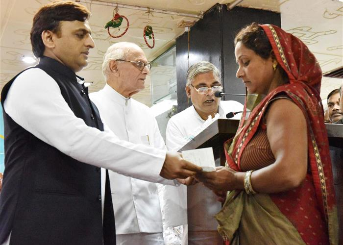 मुख्यमंत्री श्री अखिलेश यादव ने बुनकरों एवं कत्तिनों को सम्मानित किया