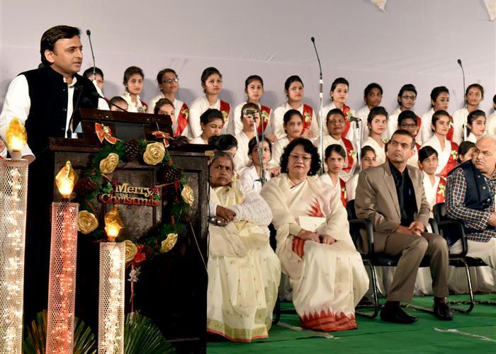 मुख्यमंत्री श्री अखिलेश यादव ने आई0टी0 काॅलेज में 'कैण्डिल लाइट सर्विस' कार्यक्रम को सम्बोधित किया