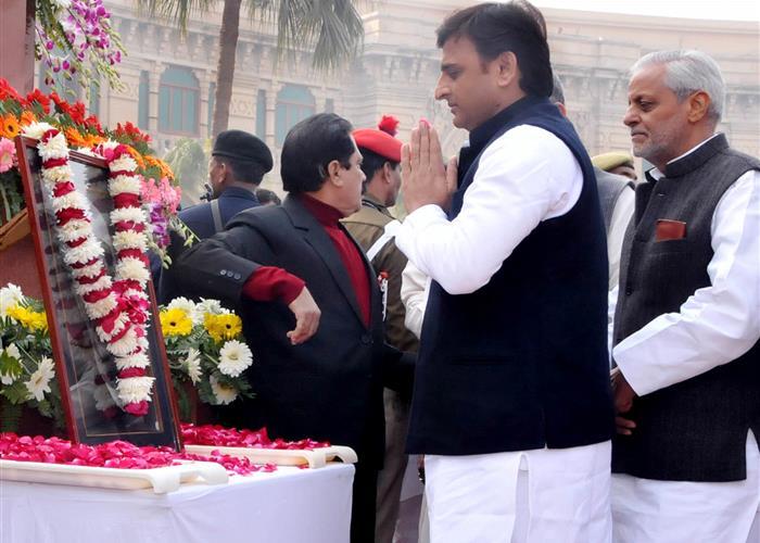 मुख्यमंत्री श्री अखिलेश यादव ने पूर्व प्रधानमंत्री स्व0 चैधरी चरण सिंह को भावभीनी श्रद्धांजलि अर्पित की