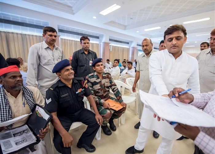 मुख्यमंत्री श्री अखिलेश यादव ने 15 जून, 2016 को लखनऊ में जनता दर्शन में लोगों की समस्याएं सुनीं और उनके त्वरित निस्तारण के निर्देश अधिकारियों को दिए।
