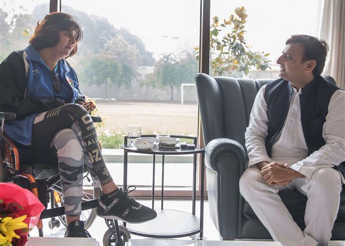 मुख्यमंत्री श्री अखिलेश यादव से रियो पैरा ओलम्पिक की रजत पदक विजेता सुश्री दीपा मलिक ने भेंट की