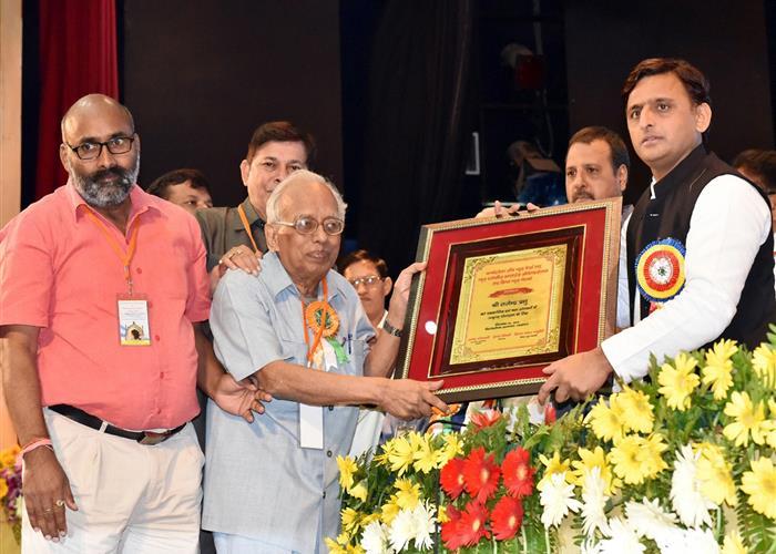 मुख्यमंत्री श्री अखिलेश यादव ने पत्रकारों को सम्मानित किया