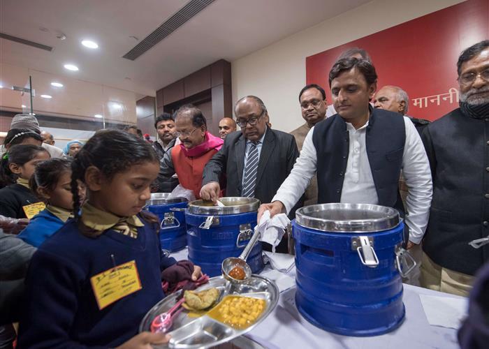 मुख्यमंत्री श्री अखिलेश यादव ने मध्यान्ह भोजन योजना के अंतर्गत 11 जनपदों के लिए केन्द्रीयकृत किचेन का शिलान्यास किया