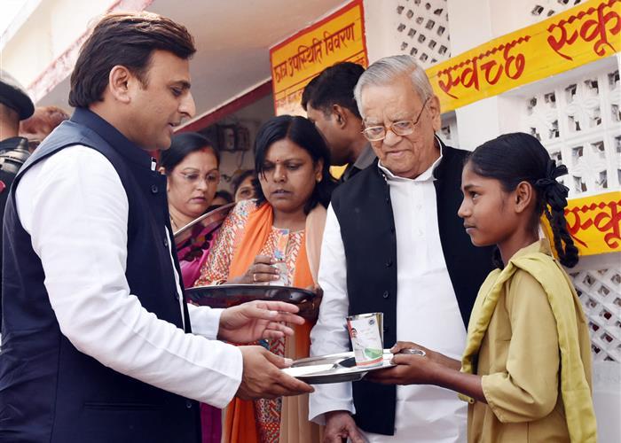 मुख्यमंत्री श्री अखिलेश यादव ने मध्यान्ह भोजन योजना के तहत छात्र-छात्राओं को थाली एवं गिलास वितरित किए