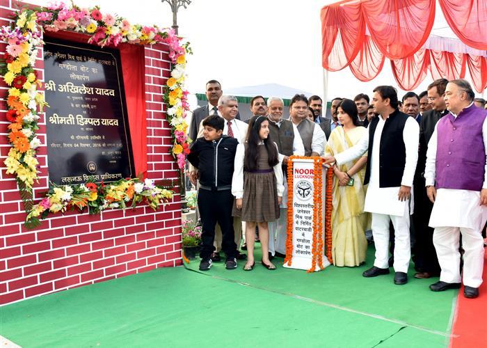 मुख्यमंत्री श्री अखिलेश यादव ने जनेश्वर मिश्र पार्क में 'गण्डोला बोट्स' का लोकार्पण किया