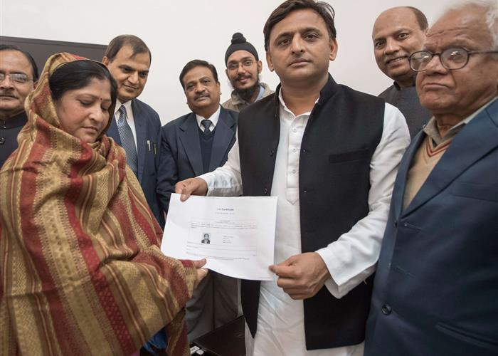 मुख्यमंत्री श्री अखिलेश यादव ने पेंशनर दिवस पर बायोमीट्रिक डिवाइस के माध्यम से पेंशनरों के लिए डिजिटल लाइफ सर्टिफिकेट प्रणाली का शुभारम्भ किया