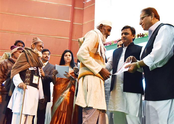 मुख्यमंत्री श्री अखिलेश यादव ने निःशुल्क 'आसरा आवास आवंटन' एवं 'ई-रिक्शा' वितरण पत्र लाभार्थियों को वितरित किए
