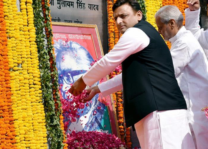 मुख्यमंत्री श्री अखिलेश यादव ने डाॅ0 लोहिया की पुण्यतिथि पर लोहिया पार्क में उन्हें पुष्पांजलि अर्पित की