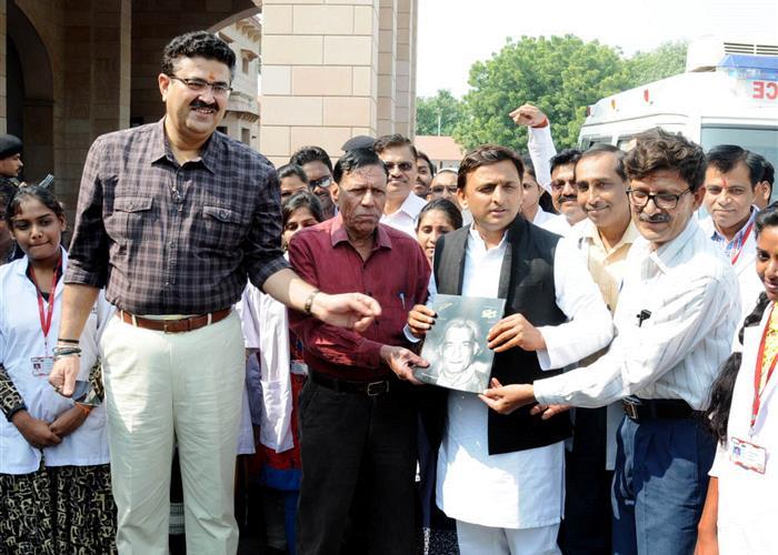 मुख्यमंत्री श्री अखिलेश यादव ने उर्दू मासिक 'नया दौर' के 'जाँ निसार अख़्तर' विशेषांक का विमोचन किया