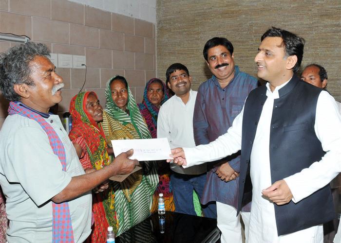 मुख्यमंत्री श्री अखिलेश यादव 19 मार्च, 2016 को लखनऊ में अपने सरकारी आवास पर विभिन्न घटनाओं के पीडि़तों को आर्थिक सहायता प्रदान करते हुए।