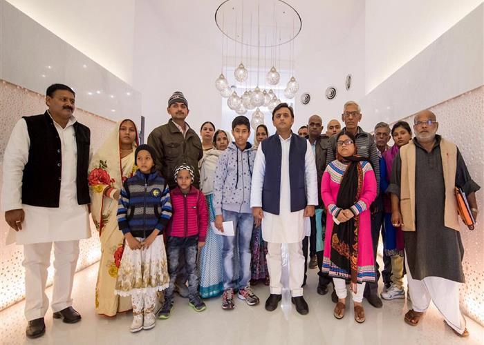 मुख्यमंत्री श्री अखिलेश यादव ने शहीदों के परिजनों को 25-25 लाख रुपए की आर्थिक सहायता प्रदान की